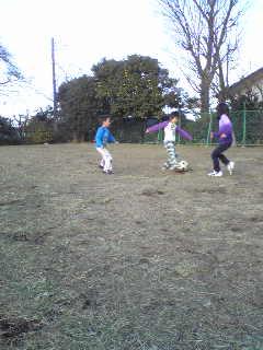 広場でサッカー